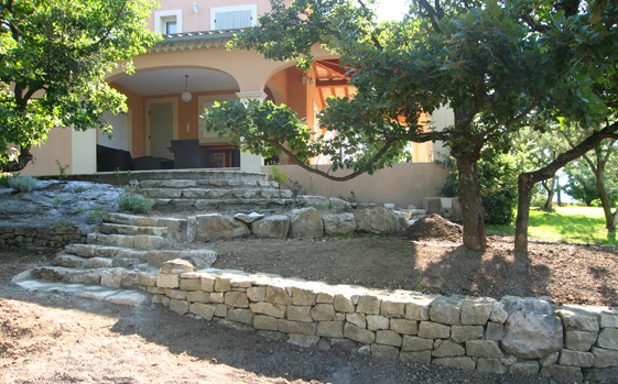 Jardins et paysages de la nesque cr ation entretien et for Jardiniere en pierre seche